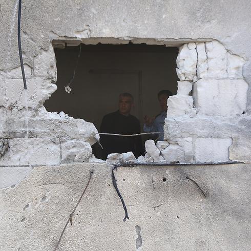 שר האוצר יאיר לפיד בבית שנפגע בשדרות (צילום: גיל יוחנן) (צילום: גיל יוחנן)