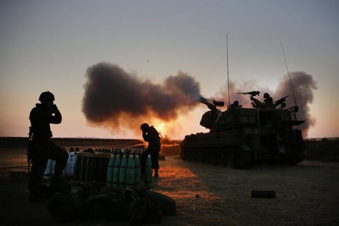 ירי תותחנים לעזה (צילום: AFP) (צילום: AFP)