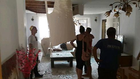 יהוד: לראשונה פגעה רקטה שלא יורטה ישירות בבית בגוש דן (צילום: גלעד מורג) (צילום: גלעד מורג)