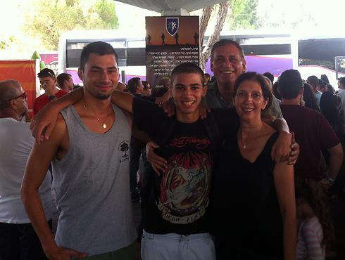 """שון עם אחיו והוריו בבקו""""ם        (באדיבות המשפחה ) (באדיבות המשפחה )"""