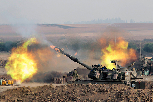 Tank fires on Gaza (Photo: EPA)