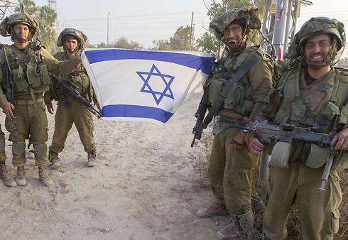 """חיילים בכניסה לרצועת עזה ב""""צוק איתן"""" (צילום: AFP) (צילום: AFP)"""