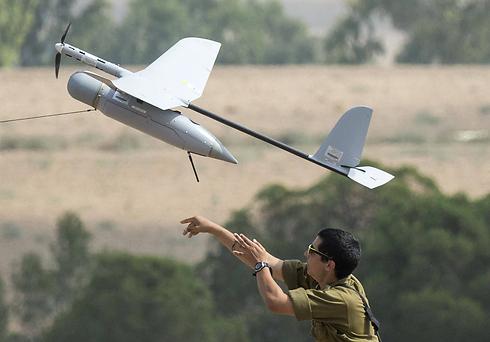 """חייל משגר מזל""""ט """"רוכב שמיים"""" שמסייע לכוחות הקרקעיים בעזה (צילום: AFP) (צילום: AFP)"""