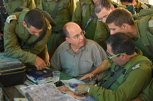 שר הביטחון יעלון עם מפקדים ולוחמים בשטח (צילום: אריאל חרמוני, משרד הביטחון) (צילום: אריאל חרמוני, משרד הביטחון)