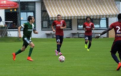 Benayoun dribbling before the pitch invasion (Photo: Maccabi Haifa)