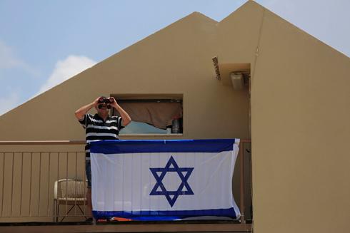 הולכים ומאבדים את הבית. דגל שנתלה בשדרות  (צילום: AP)