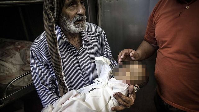 התינוק ההרוג בהפגזה על בית הספר (צילום: AFP) (צילום: AFP)