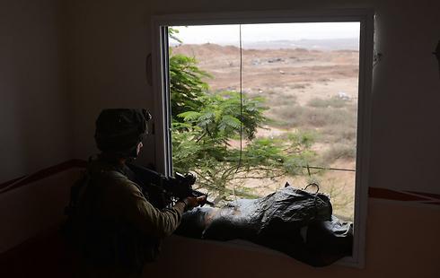 """חייל נח""""ל שהתמקם בבית בצפון הרצועה (צילום: דובר צה""""ל) (צילום: דובר צה"""