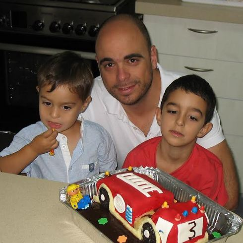 Fallen soldier Yair Ashkenazi with his children (Photo: Courtesy of family)