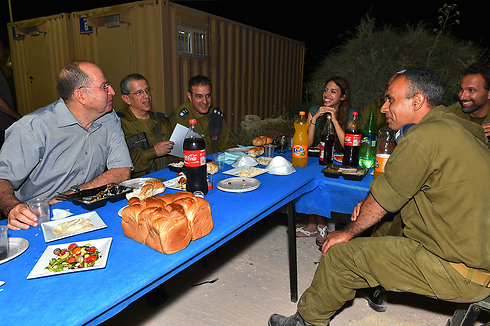 Ya'alon visiting troops at Iron Dome battery (Photo: Ariel Hermoni, GPO)