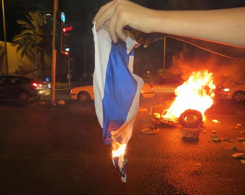 בטייבה שרפו דגל ישראל בהפגנה נגד המבצע בעזה ()