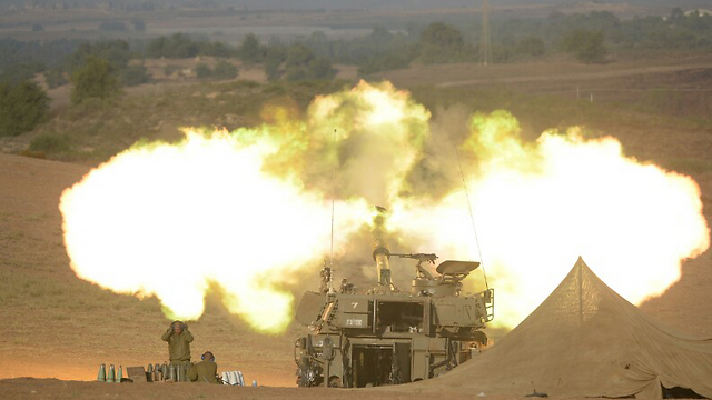 IDF artillery fire (Photo: Avi Rokach)