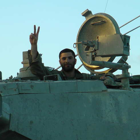 """נוסעים ב""""אכזרית"""": תמונה שצילם כתב ynet שהתלווה לכוח מגלן בעזה (צילום: יואב זיתון) (צילום: יואב זיתון)"""