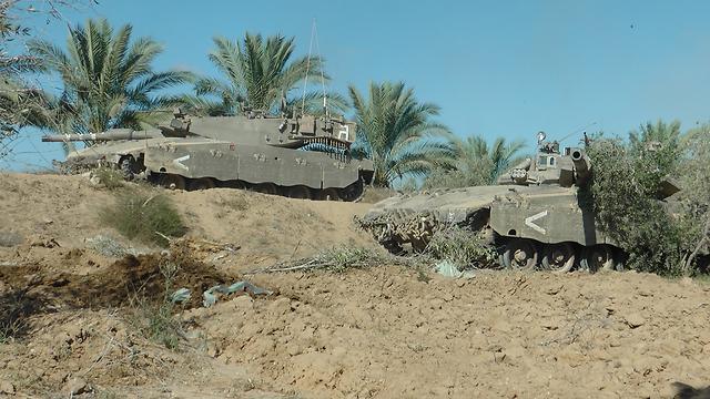 ישראל הואשמה בשימוש בגז. טנקים מחפים על חילוץ במבצע צוק איתן (צילום: יואב זיתון)