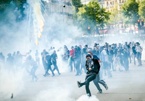 עימותים בין מפגינים פרו-פלסטינים למשטרה בפריז (צילום: AP) (צילום: AP)