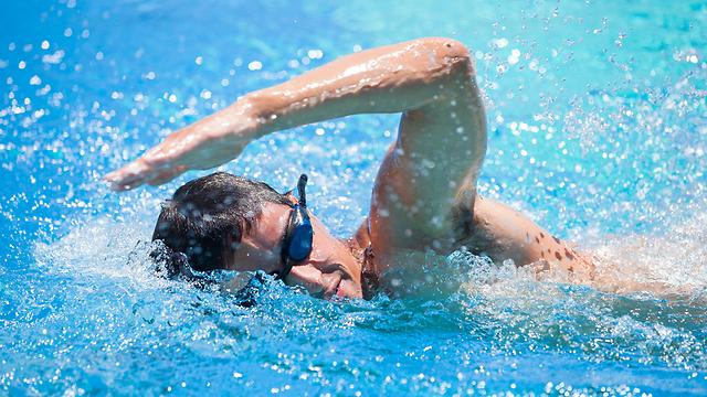 השחייה עובדת על כמה קבוצות שרירים בגוף, ולכן נחשבת לספורט יעיל במיוחד (צילום: shutterstock)