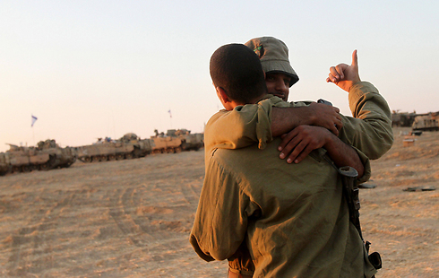 חיבוק בשטח כינוס ליד הרצועה (צילום: AFP) (צילום: AFP)