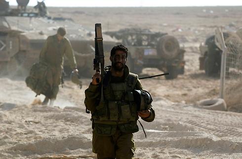 """חייל צה""""ל באזור הרצועה (צילום: רויטרס)"""
