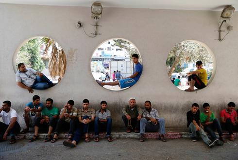 מחכים לאמבולנסים (צילום: AP)