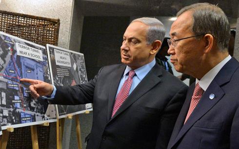 Netanyahu shows Ban pictuers of Hamas' use of civilian areas to launch rockets (Photo: Haim Zach, GPO)