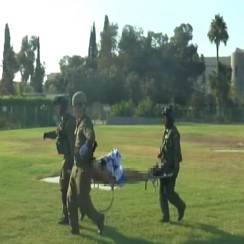 פצוע בתקרית אחרת אתמול, מתעטף בדגל ישראל (צילום: עידו בקר) (צילום: עידו בקר)