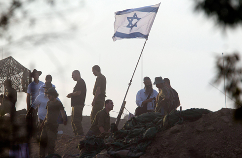 חיילים מתכנסים לתפילה ליד גבול הרצועה (צילום: EPA) (צילום: EPA)