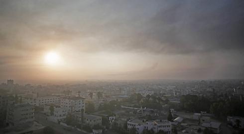 רצועת עזה בשעות הבוקר. שכונות שלמות נהרסו (צילום: AP) (צילום: AP)