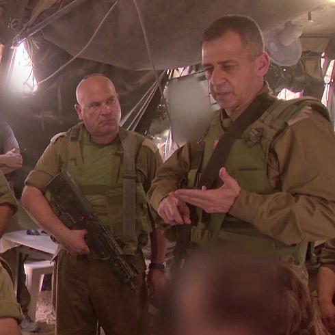 """ראש אמ""""ן אביב כוכבי, אתמול במקום שבו נהרגו החיילים (צילום: דובר צה""""ל) (צילום: דובר צה"""