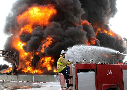 פגיעה ליד תחנת הכוח הגדולה בנוסיראת (צילום: רויטרס) (צילום: רויטרס)