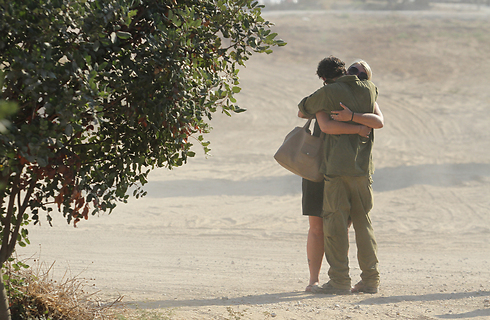 החיבוק האחרון: עדי בריגה וחברתו יוליה, בפעם האחרונה שנפגשו, כמה ימים לפני שנפל (צילום: עידו ארז) (צילום: עידו ארז)