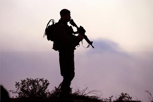 """חייל צה""""ל בגבול עזה (צילום: AFP) (צילום: AFP)"""