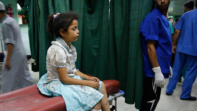 ילדה פלסטינית פצועה בבית חולים בבית להיה (צילום: רויטרס) (צילום: רויטרס)