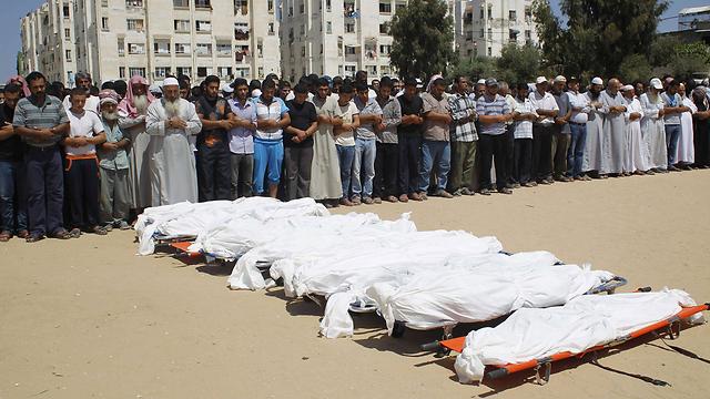 הלוויה לעשרה מבני משפחת אל-אסטאל בחאן יונס (צילום: AFP) (צילום: AFP)
