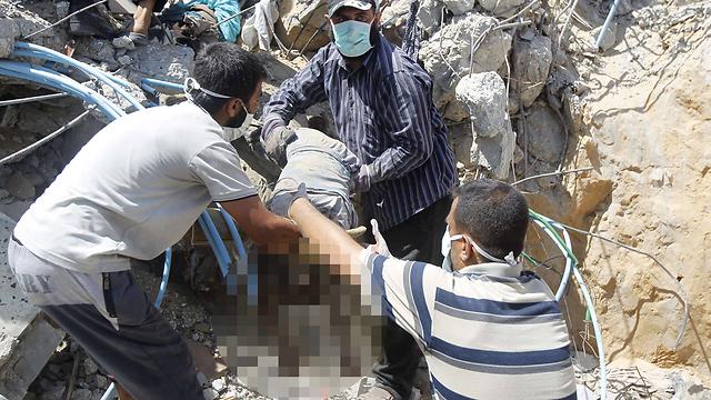 לא יצא בחיים. גופת ילד פלסטיני הרוג ברפיח (צילום: AFP) (צילום: AFP)