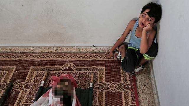 ילד פלסטיני מתאבל על מות אביו, באסם א-נג'אר (צילום: AP) (צילום: AP)