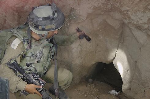 אחת ממטרות המבצע היא הריסת מנהרות הטרור של חמאס (צילום: יואב זיתון) (צילום: יואב זיתון)