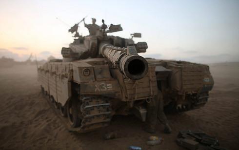 """""""ישראל הפכה לבריון השכונתי"""". טנק מרכבה בעזה (צילום: EPA) (צילום: EPA)"""