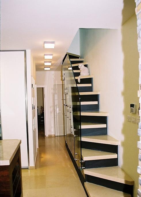 המדרגות לא מרחפות ומקובע אליהן מעקה זכוכית ללא רווחים, כדי שהילד לא יוכל ליפול (צילום: רונית מרום) (צילום: רונית מרום)