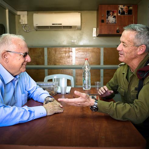 """הנשיא הטרי רובי ריבלין ביקר בעוצבת הפלדה עם הרמטכ""""ל (צילום: דובר צה""""ל) (צילום: דובר צה"""