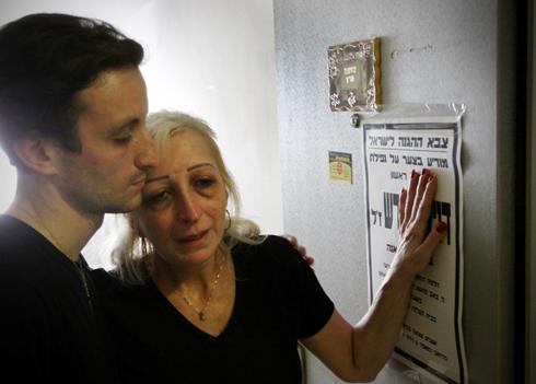 אמו ואחיו של דניאל מרש, היום בבית המשפחה (צילום: אבי מועלם) (צילום: אבי מועלם)