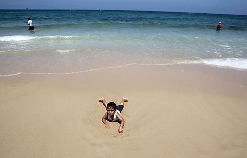 בחוף הים בעזה, ברגעים של הפוגה (צילום: רויטרס) (צילום: רויטרס)