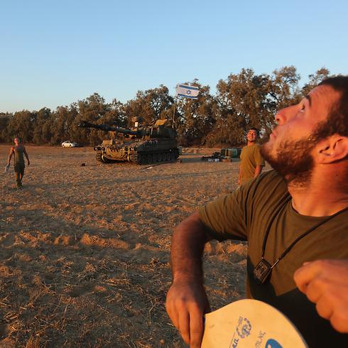 רגעים של הפוגה: חיילים ליד גבול הרצועה (צילום: גיל יוחנן) (צילום: גיל יוחנן)