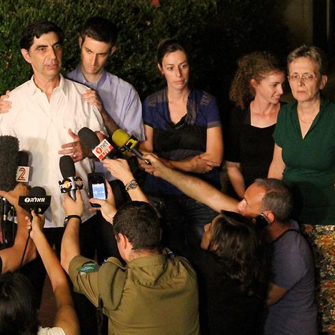 """משפחתו של הדר גולדין קראה """"לא לצאת מעזה בלעדיו"""", לפני שהתבשרה על קביעת מותו (צילום:עידו ארז) (צילום:עידו ארז)"""