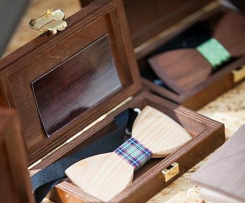 הלטבים ייצרו עניבות פרפר מעץ, שזכו להצלחה מסחררת. גם ראש הממשלה האסטוני נצפה עונב אחת כזאת (צילום: JA-YE Europe) (צילום: JA-YE Europe)