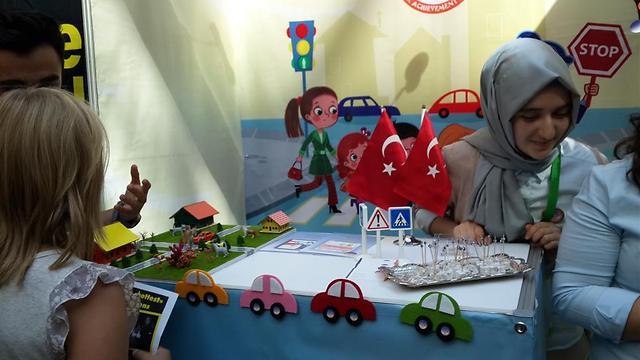 הטורקים מקווים לחנך את הדור הצעיר לבטיחות בדרכים באמצעות משחקים חינוכיים. את העוברים והשבים הם משכו גם באמצעות רחת לוקום ()