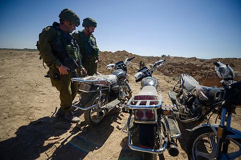 """במנהרה נמצאו גם אופנועים לבריחה (צילום: דובר צה""""ל) (צילום: דובר צה"""