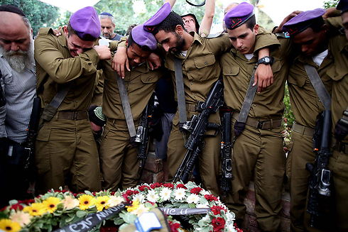 חיילים מגבעתי בהלוויה של גולדין       (צילום: EPA) (צילום: EPA)