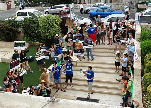 פעילי סביבה מפגינים מחוץ לישיבת הוועדה המחוזית (צילום: דב גרינבלט, החברה להגנת הטבע) (צילום: דב גרינבלט, החברה להגנת הטבע)
