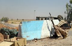 מתנדב שיעי בצבא עיראק נגד דאעש בסמוך לבגדד (צילום: AFP) (צילום: AFP)