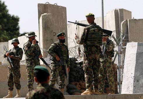 חיילים אפגנים שומרים על הבסיס בו אירעה התקרית (צילום: רויטרס) (צילום: רויטרס)